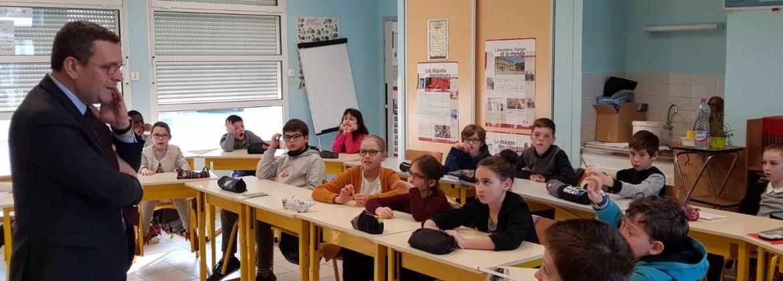 À St-Martin-du-Bois (Segré-en-Anjou-Bleu) devant la classe des CM1-CM2, représentant la circonscription dans le cadre du Parlement des Enfants