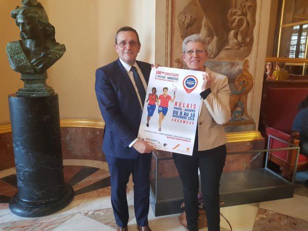 05/2018 - Paris, Assemblée nationale - Remise à la Ministre Geneviève Darrieussecq de l'affiche du relais angevin de la mémoire