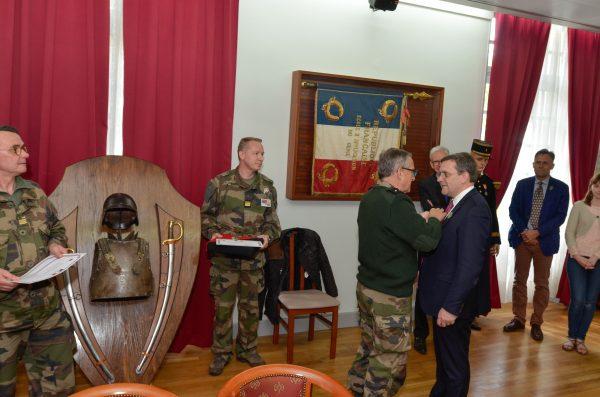 01/2018 - Angers, Ecole du génie - Remise des insignes du Commandant de la réserve citoyenne par le Général Parmentier