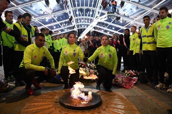 11/2018 - Paris, Arc de Triomphe - Prélèvement de la flamme du soldat inconnu par les courreurs du relais angevin de la mémoire