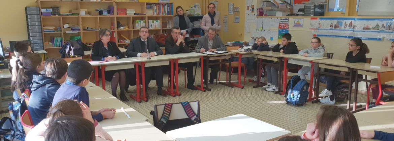 Philippe Bolo devant la classe de CM2 à La Membrolle/Longuenée